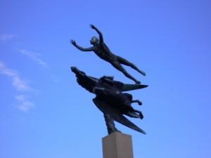 6人とペガサス像(所沢キャンパス)
