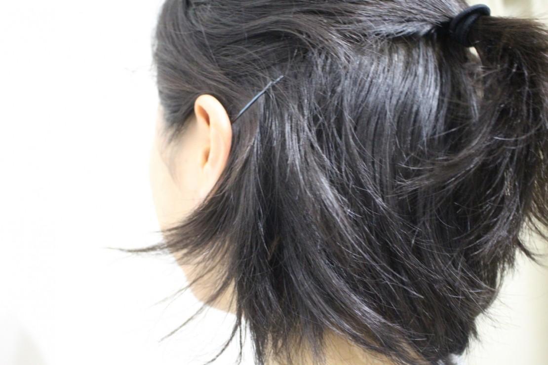 横の落ちてくる遅れ毛をアメピンで上げる