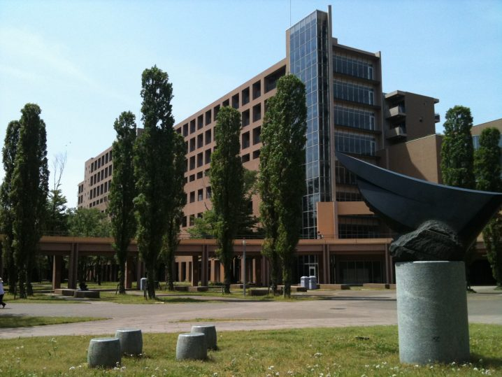 Tokyo_University_of_Foreign_Studies_Building_for_lectures_and_studies.jpg