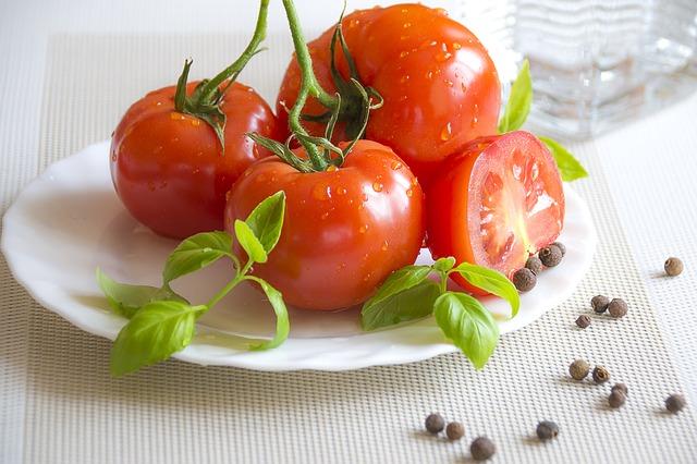 突然投下されるトマトの画像